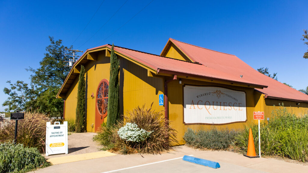 Acquiesce Winery tasting room entrance 2021 10 10